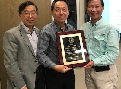 感謝干首書長老(中)在正道基金會(LESF)忠心服事12年,林國亮院長(左)和周顯榮董事長(右)給予其表彰。